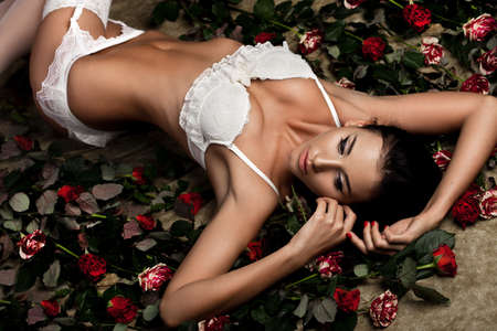 bella donna alla moda in lingerie con rose photo