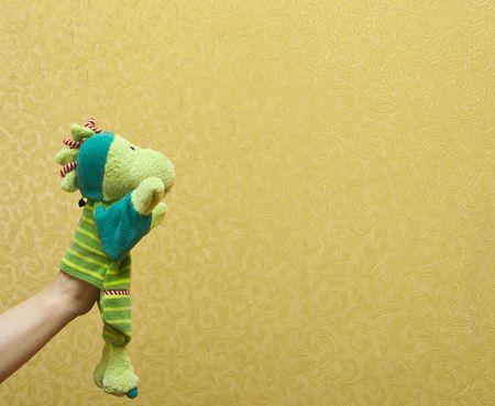 hand poppen van draak geïsoleerd op geel, gelukkig emotie.  Stockfoto