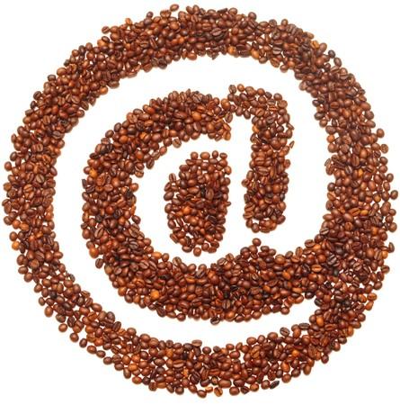 cafe internet: icono de correo est� revestido con granos de caf� sobre fondo blanco  Foto de archivo