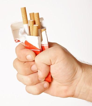 stoppen met roken vuist met gemalen pakje sigaretten