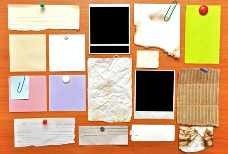 Tablón de anuncios con notas de papel y antiguo espacio en blanco