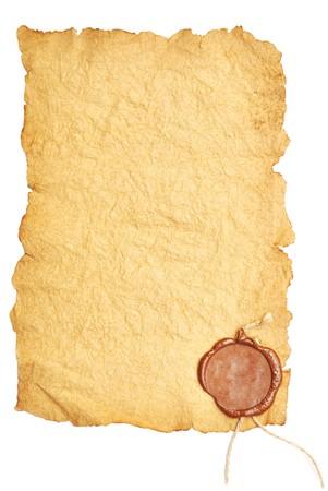 rolagem: papel velho com um selo da cera em um fundo branco