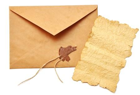 apriva: ha aperto la busta con il sigillo spezzato e la vecchia carta