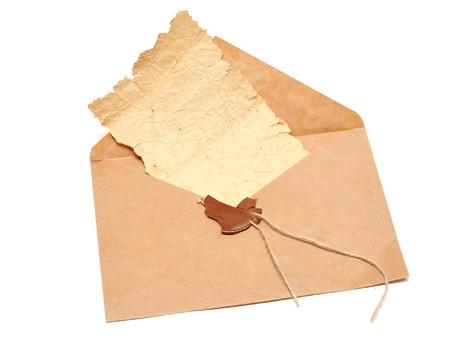 sobres para carta: abrir el sobre con un sello roto y el documento de la viejo