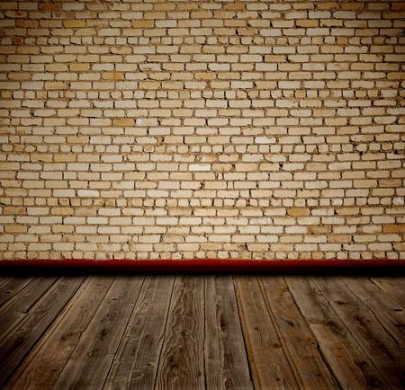oude kamer met bak stenen muur en houten vloer  Stockfoto