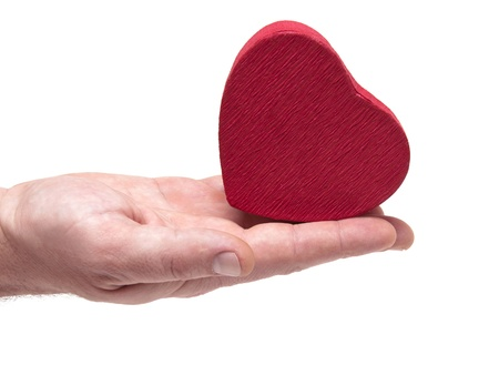 gifting: manos del hombre regalos de coraz�n en el d�a de San Valent�n aislado en blanco