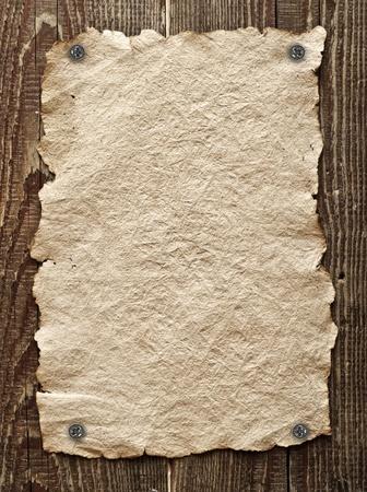 Oud papier geplakt op een houten muur