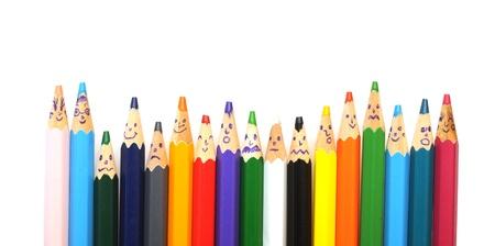 Gelukkige groep van potlood gezichten op wit wordt geïsoleerd Stockfoto