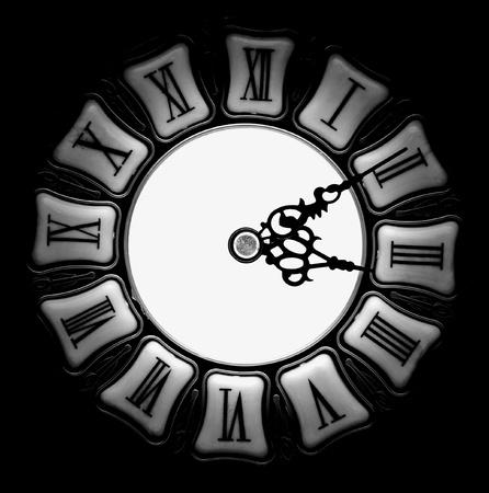 num�rico: Antiguo reloj con n�meros romanos en fondo negro