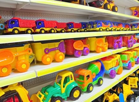 speelgoed auto's in de winkel