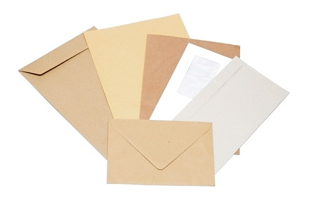 addressed: pila di buste per posta su sfondo bianco