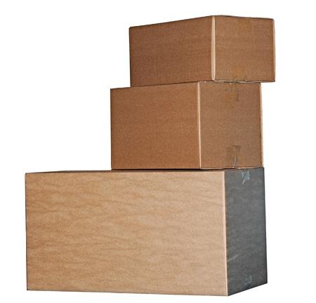stockpiling: Cajas de cart�n de Brown dispuestas en pila sobre fondo blanco Foto de archivo