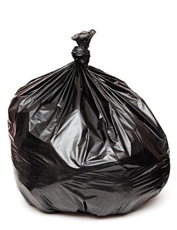 papelera de reciclaje: cerca de una bolsa de basura en el fondo blanco