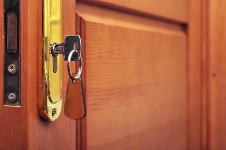 key in keyhole with blank label  Standard-Bild
