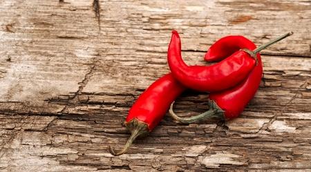 rode chili pepers op een oude tafel Stockfoto