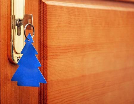 sleutel in sleutelgat met lege tag in de vorm van een kerstboom Stockfoto