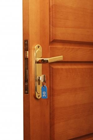 puerta abierta: abrir la puerta con llaves