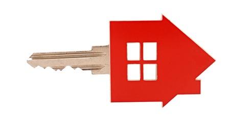 investment real state: Casa llave en el fondo blanco