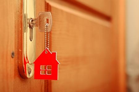 home loans: Simbolo della casa e incollare la chiave nella serratura Archivio Fotografico