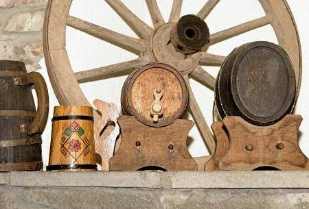 carreta madera: Rueda de carro de madera y antig�edades peque�o barril de cerveza proyecto de madera