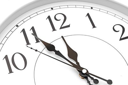 reloj pared: reloj de pared once y cincuenta y cinco Foto de archivo