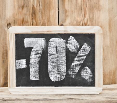 seventy: settanta per cento di sconto scritto sulla lavagna
