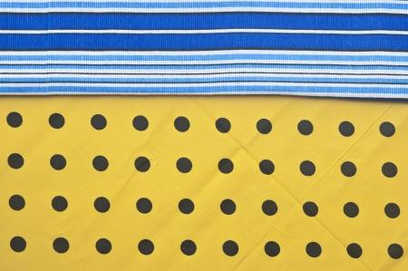 polka dot fabric: striscia colorata bordo rosso tessuto a pois Archivio Fotografico