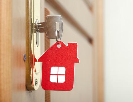 Simbolo della casa e attaccare la chiave nella serratura Archivio Fotografico - 25849329