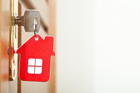 Simbolo della casa e bastone la chiave nella serratura Archivio Fotografico - 25849475