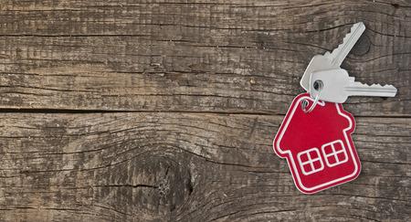 Simbolo della casa con la chiave d'argento su sfondo vintage di legno Archivio Fotografico - 26518584