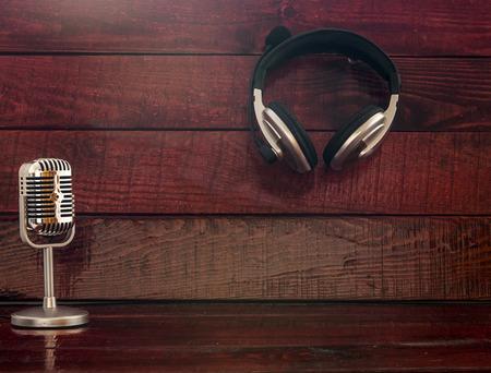 audifonos: Micrófono y auriculares sobre fondo de madera