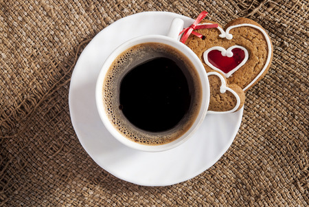 desayuno romantico: Cup of coffee and cookies valentines on background