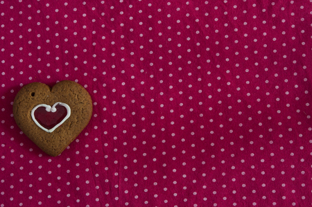 lunares rojos: Valentines day heart shaped cookies on a red polka dots background Foto de archivo