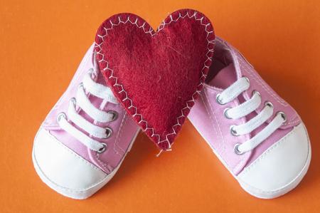 sneakers voor baby op de kleurrijke achtergrond Stockfoto