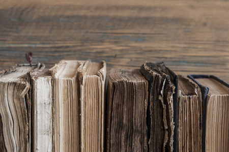 Schöne sehr antike Bücher auf Holztisch Standard-Bild