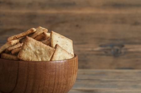 Muchas pequeñas galletas tostadas de pan tostado bizcochos secos como textura de fondo. Dieta, comida, nutrición saludable