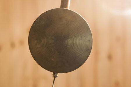 Gros plan d'une horloge à pendule sur fond de bois Banque d'images