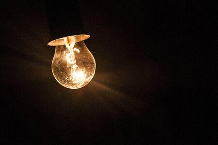 Ampoule électrique sur le fond sombre