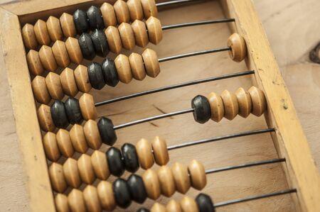 Oude houten telraam op een houten achtergrond. Rekenkader. Oude scores of rekenmachine. Stockfoto