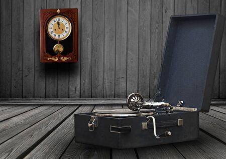 Vintage gramophone, retro music player technology in the vintage room Zdjęcie Seryjne