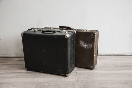 Vintage  weathered old classic travel leather suitcases. Travel luggage concept. 免版税图像