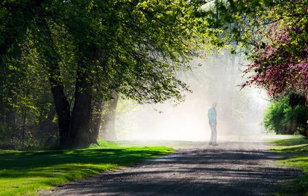 white light: Un hombre comienza a desvanecerse en la luz blanca y brillante