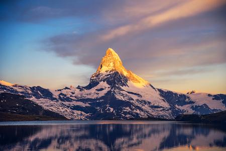 Panorama estivo colorato della piramide del Matterhorn e lago Stellisee. Pochi minuti prima dell'alba. Grande scena all'aperto di giugno nelle Alpi svizzere, Zermatt, Svizzera, Europa Archivio Fotografico