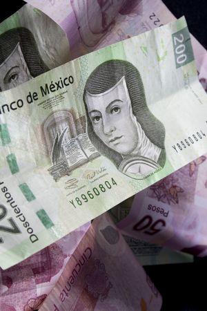 Close up shot de la monnaie mexicaine sur fond noir