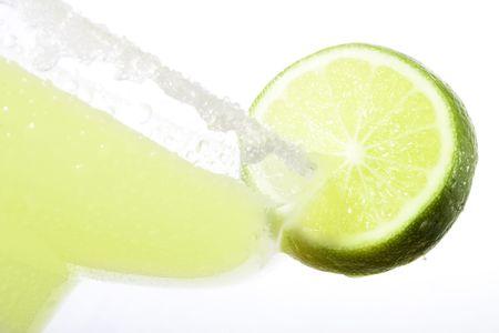 Haute shot gros plan de cl�s de Margarita avec une tranche de lime