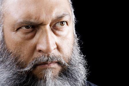 persona enojada: Imagen de existencias de amenazante hombre con barba larga sobre fondo oscuro