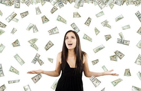 dinero volando: Bolsa de imagen de la mujer de pie con los brazos abiertos en medio de la ca�da de dinero