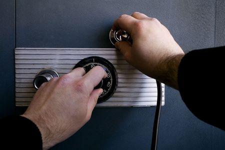 Stock beeld van dief probeert te openen van een kluis