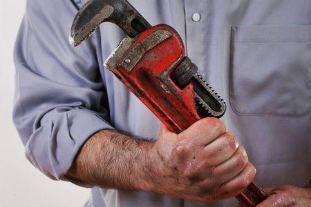 Stock image de plombier en uniforme tenant une cl� pipe.