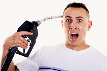 외치고 그의 머리에 연료 펌프 노즐을 가리키는 남자의 재고 이미지